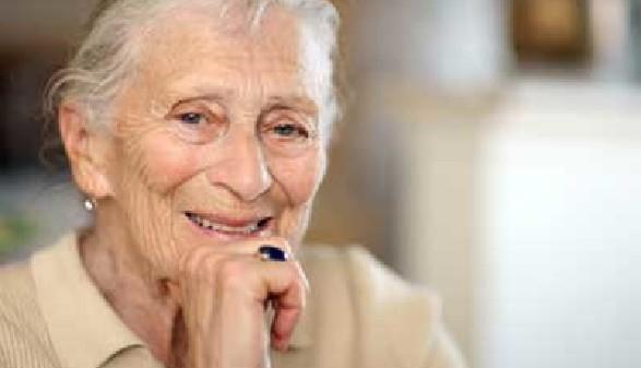 Alte Frau lächelt in die Kamera © Konstantin Sutyagin, Fotolia.com