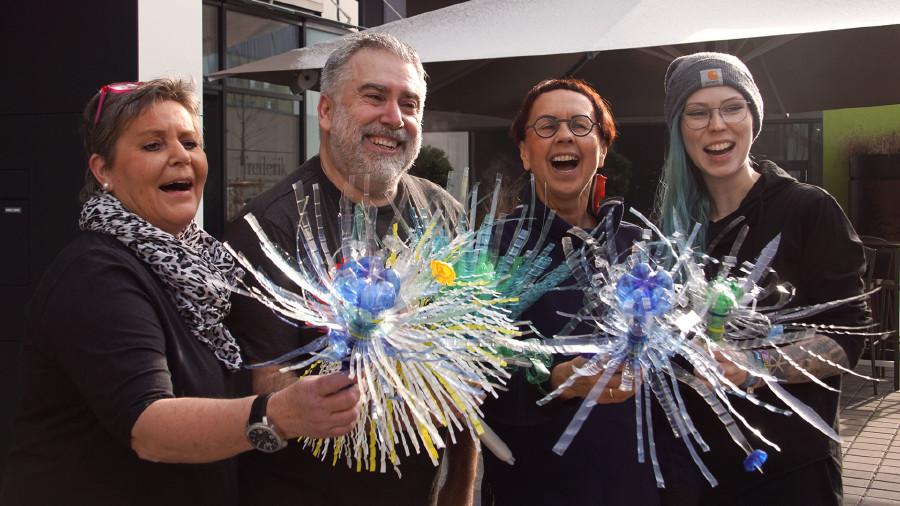 Glückliche WorkshopteilnehmerInnen mit ihren Werken. © Klanglicht, AK Stmk
