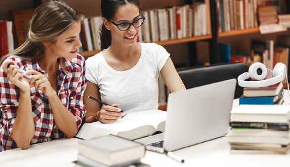 Studierende in er Bibliothek vor einem Laptop. © SolisImages, Fotolia