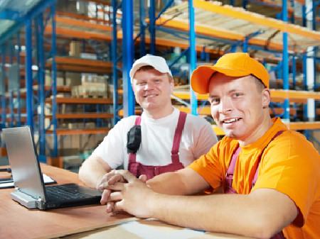 Zwei Lagerarbeiter stehen vorm Laptop © Kadmy, Fotolia