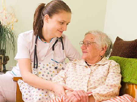 Junge Altenpflegerin kümmert sich liebevoll um eine alte Frau © Sandor Kacso, Fotolia.com