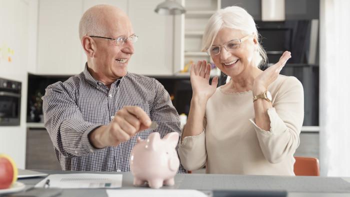 Ehepaar wirft Münze in Sparschwein.  © Proxima Studio, AdobeStock