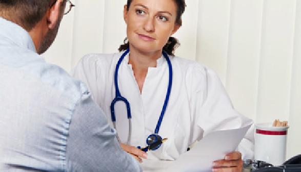 Ärztin im Gespräch mit einem Patienten © Gina Sanders, Fotolia
