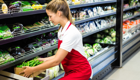 Frau arbeitet im Supermarkt vor Gemüseregal © Wavebreakmediamicro, stock.adobe.com
