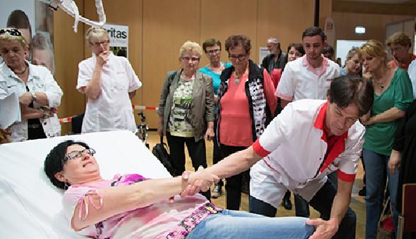 Am Volkshilfestand wurde körperschonendes Heben geübt © Selina Graf, AK Stmk