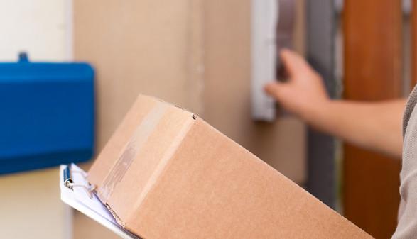 Paktezusteller läutet an Haustür. © Kzenon, Fotolia