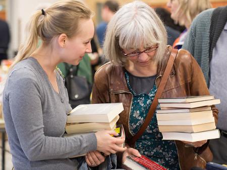 Jedes Jahr werden Bücher, CDs und DVDs für den guten Zweck verkauft. © Buchsteiner, AK Stmk