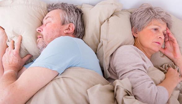 Ehepaar liegt im Bett. © Fotow, AdobeStock