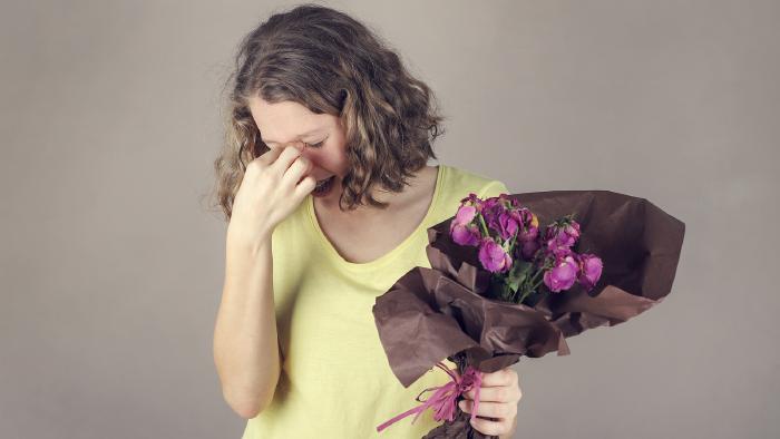 Frau ärgert sich über verwelkten Blumenstrauß. © stock.adobe.com/daylight917, AK Stmk