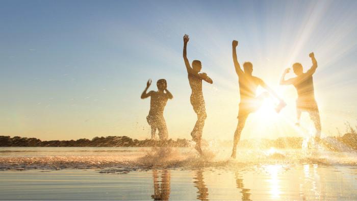 Eine Gruppe von Menschen springt © Thaut Images, stock.adobe.com