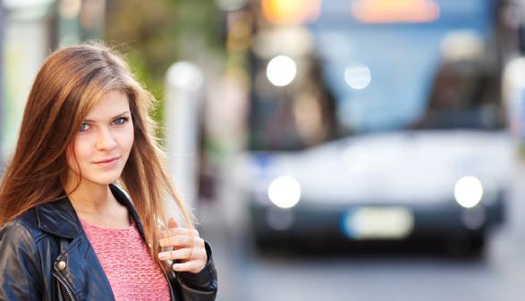 Schülerin vor Bus © Käslermedia, stock.adobe.com