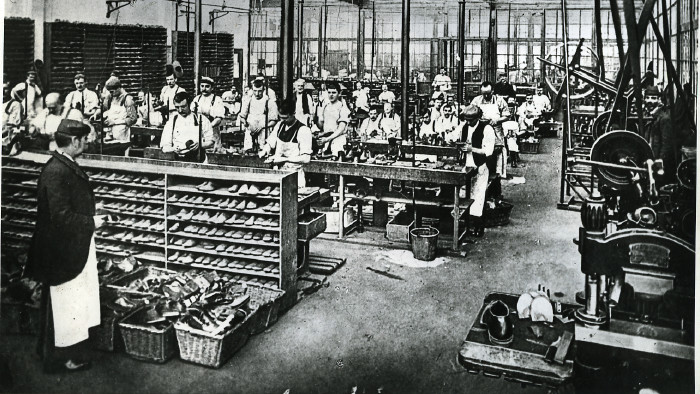 Arbeiter in einer Schuhfabrik im Jahr 1900. Ein tägliches Arbeitspensum von bis zu elf Stunden war damals nicht unüblich. © OEGB Bildarchiv, AK Stmk
