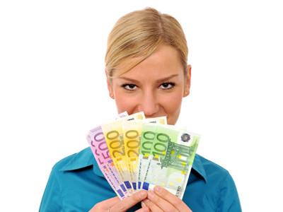 Junge Frau hält Geldscheine in der Hand © BildPix.de, fotolia.com