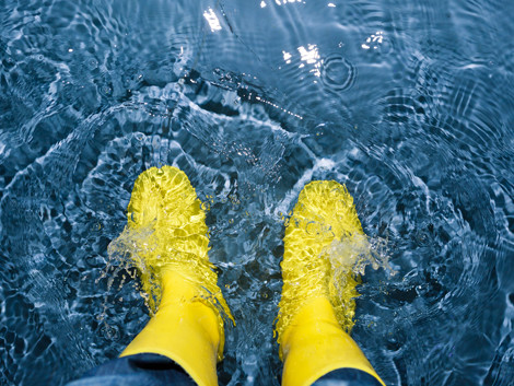 Gummistiefel im Hochwasser © nikkytok, Fotolia
