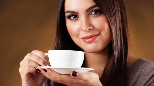 Frau trinkt Kaffee © AfricaStudio, stock.adobe.com