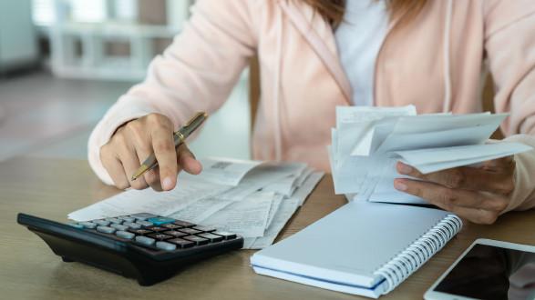 Bearbeitung von Unterlagen und Eingabe in Taschenrechner © Pattarisara , stock.adobe.com