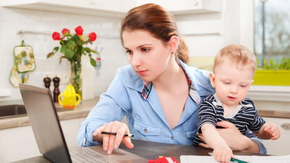 Arbeiten als Mutter - Vorsicht sei geboten. © stock.adobe.com/alexsokolov, AK Stmk