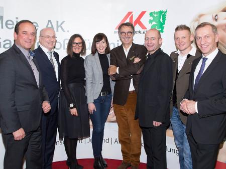 AK-Präsident Josef Pesserl (links) und Wolfgang Bartosch (2.v.r.) mit den stolzen Absolventinnen und Absolventinnen und Absolventen und deren Lieben. © Graf, AK Stmk