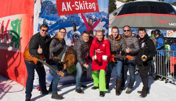 AK-Präsident Josef Pesserl schenkte Gulaschsuppe aus und die Jungen Paldauer sorgten für Stimmung. © Hauer, AK Stmk