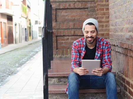 Junger Mann sitzt mit einem Tablet auf der Stiege und © Fotolia.com/nicotombo, AK Stmk