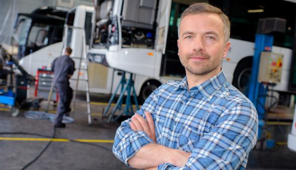 Mann in Bus-Werkstatt © auremar - stock.adobe.com, AK Stmk