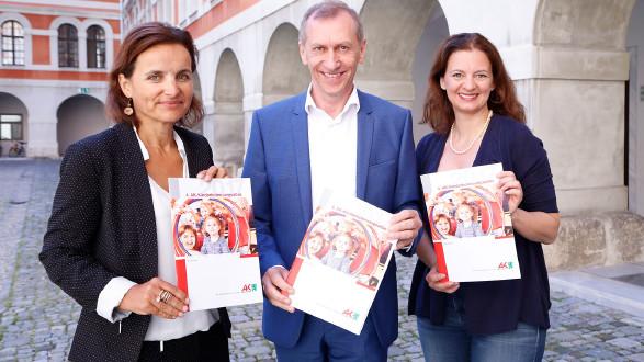 Die AK präsentierte den Kinderbetreuungsatlas: Mag. Bernadette Pöcheim (Leiterin AK-Frauenreferat), Josef Pesserl (AK-Präsident) und Regina Pretterhofer (Leiterin Kinderdrehscheibe) (v.l.) © Graf-Putz, AK Stmk
