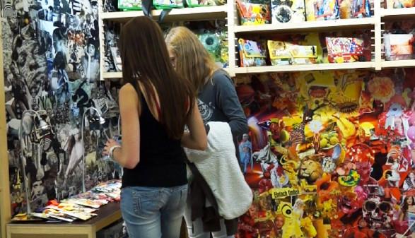Zwei Mädchen stehen vor den Waren. © Schön, AK Stmk