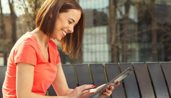 Junge Frau liest auf ihrem E-Reader © djile, stock.adobe.com