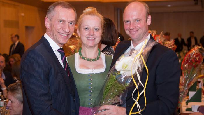 AK-Präsident Josef Pesserl überreichte persönlich Blumen und Geschenke. © Temel, AK Stmk