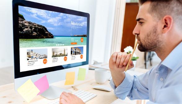 Junger Mann schaut sich Website eines Reiseportals an © That Stock Company , stock.adobe.com