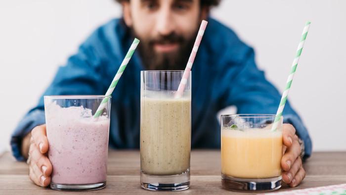 Test von zehn Säften und Smoothis auf Pestizide und Keime. © Josep Rovirosa / Westend61 / picturedesk.com, AK Stmk