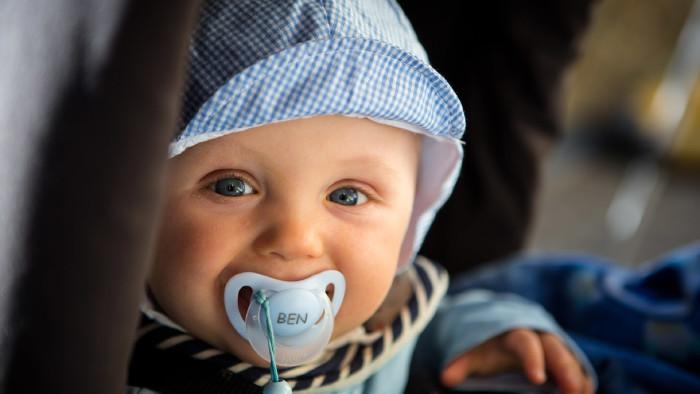 Baby mit Schnuller © Kristin Gründler, stock.adobe.com