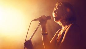 Sängerin mit Mikrofon © vectorfusionart, stock.adobe.com