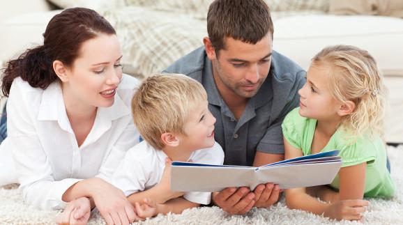 Familie schaut ins Fotobuch © WavebreakMediaMicro , stock.adobe.com