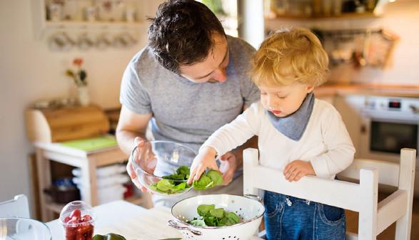 Vater kocht mit Kind. © Halfpoint, Fotolia