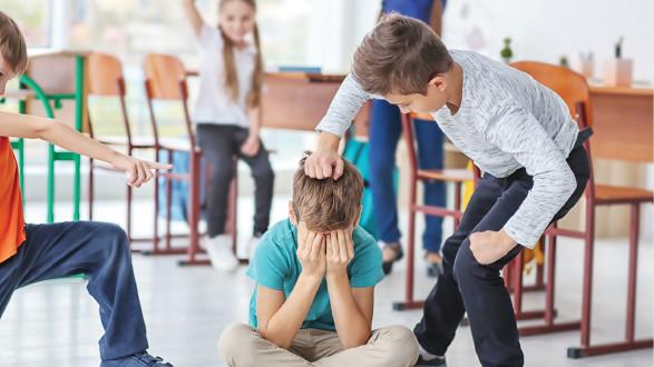 Kinder mobben und greifen Schulkollegen an. © Africa Studio - stock.adobe.com, AK Stmk