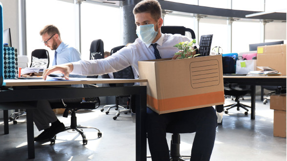 Mann mit Schutzmaske räumt seinen Arbeitsplatz © ty, stock.adobe.com