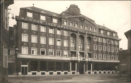 Ansicht des AK-Gebäudes aus dem Jahr 1927. Im Zweiten Weltkrieg wurde das Haus schwer beschädigt. Später wurde es wieder auf- und umgebaut. © -, AK Stmk