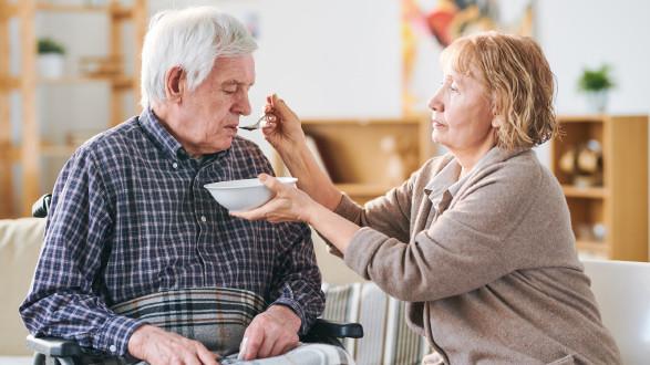 Mann wird von Ehefrau gefüttert © pressmaster , stock.adobe.com