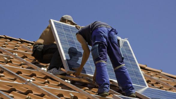 Öffentliche Investitionen, beispielsweise in alternative Energieerzeugung, als wichtiger Beitrag zur Bewältigung der Corona-Folgen. © womue - stock.adobe.com, AK Stmk