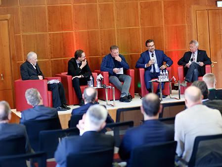 Podiumsdiskussion rund um die Möglichkeiten zur Finanzierung der Sanierung der Landesstraßen. © Graf, AK Stmk