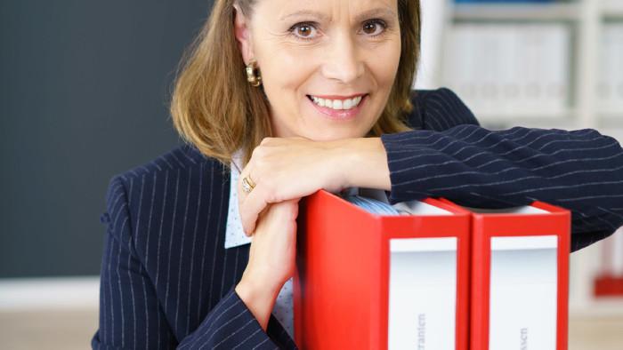 Frau lehnt sich auf Büroordner © contrastwerkstatt, stock.adobe.com