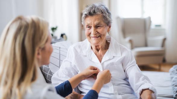 Die Dankbarkeit gegenüber den ausländischen Betreuerinnen ist groß: Mehr als 1.000 von ihnen bekamen bereits den Corona-Bonus. © Halfpoint - stock.adobe.com, AK Stmk