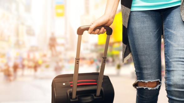 Jemand zieht Reisekoffer © ronstik, stock.adobe.com