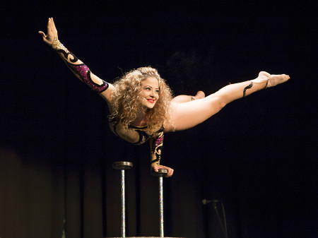 Frau verbiegt sich akrobatisch © Selina Graf, AK