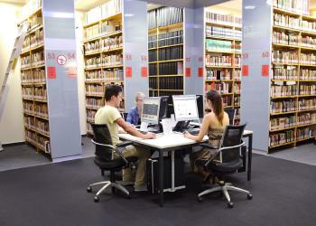 In der AK-Bibliothek gibt es auch PCs zum surfen und recherchieren. © -, AK Stmk