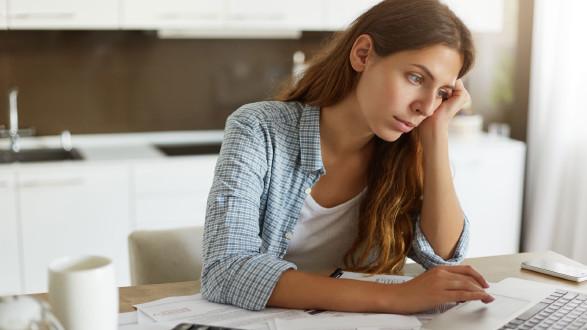 verzweifelte junge Frau am Schreibtisch vor dem Laptop © Wayhome-Studio, stock.adobe.com