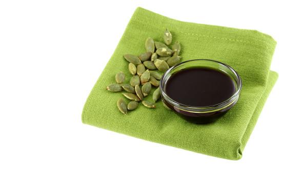 20 Proben Kürbiskernöl aus dem  österreichischen Lebensmitteleinzelhandel getestet: Testnoten gut. © Sasimoto/stock.adobe.com, AK Stmk