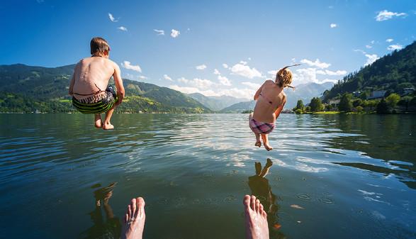 Kinder springen ins Wasser. © a2I, Fotolia