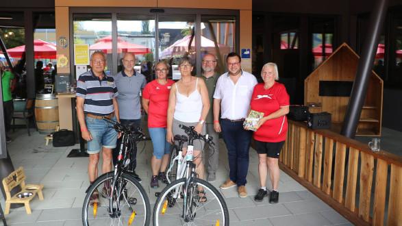 Das Team des AK ÖGB Betriebssports mit den Gewinnerinnen und Gewinnern der Verlosung. © -, AK Stmk